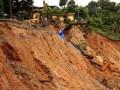 Ruas jalan kawasan Mangga Dua, Kecamatan Nusaniwe, Kota Ambon, Maluku, hingga Minggu (5/8) masih terputus sehingga mengakibatkan akses transportasi darat ke sejumlah desa lumpuh total. Longsoran di ruas jalan tersebut terjadi bersamaan dengan bencana alam banjir dan tanah longsor, Rabu (1/8). (FOTO ANTARA/izaac mulyawan)