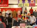 Sejumlah Pengunjung memilih pakaian ketika berlangsungnya Midnight Shopping Ramadhan di Senayan City, Jakarta, Minggu (5/8) malam. Pesta diskon tengah malam itu digelar bertepatan dengan pemecahan rekor Muri sebagai Mal yang buka nonstop terlama dengan total 38 jam operasional serta diskon hingga 80 persen. (ANTARA/Reno Esnir)