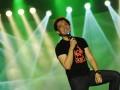 """Vokalis band The Titans, Rizki, tampil di Metropolitan Trade  Center (MTC) Panam pada """"Konser Sirkuit Ramadhan Honda 2012"""", Pekanbaru, Senin (6/8). Band asal Kota Kembang Bandung itu sukses menghibur masyarakat Kota Pekanbaru. (FOTO ANTARA/Viki Payoka)"""