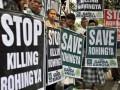 Sejumlah aktivis dari Gerakan Pemuda Kebangkitan Bangsa (Garda Bangsa) Partai Kebangkitan Bangsa (PKB) melakukan aksi solidaritas untuk muslim Rohingya di depan Kedubes Myanmar, Jakarta, Senin (6/8). Mereka meminta pemerintah Myanmar untuk menghentikan aksi kekerasan terhadap etnis muslim Rohingya dan melindungi etnis minoritas di negara tersebut. (FOTO ANTARA/Prasetyo Utomo)