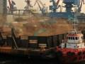 Sejumlah alat berat menurunkan limbah besi ke mobil pengangkut di Pelabuhan Tanjung Priok, Jakarta, Senin (6/8). Limbah besi yang berasal dari kapal tua tersebut selanjutnya akan didaur ulang. (FOTO ANTARA/Zabur Karuru)