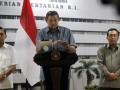 Presiden Susilo Bambang Yudhoyono (tengah) didampingi Wapres Boediono (kiri) dan Menteri Pertanian Suswono (kanan) memberikan keterangan pers seusai memimpin rapat kabinet terbatas di gedung Kementerian Pertanian di Jakarta, Senin (6/8). Rapat tersebut membahas soal berbagai kebijakan di sektor pertanian termasuk soal ketahanan pangan. (FOTO ANTARA/Widodo S. Jusuf)