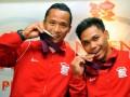 Lifter Indonesia Eko Yuli Irawan (kanan) dan Triyatno (kiri) berpose seusai pemberian penghargaan oleh PT KAI di Jakarta, Selasa (7/8). PT KAI memberikan uang pembinaan kepada peraih medali perak Olimpiade 2012, Triyatno sebesar Rp500 juta dan peraih medali perunggu, Eko Yuli Irawan sebesar Rp250 juta. (ANTARA/Prasetyo Utomo)