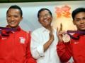 JAKARTA, 7/8 - PENGHARGAAN LIFTER OLIMPIADE. Menteri BUMN Dahlan Iskan (tengah) berpose bersama Lifter Indonesia Eko Yuli Irawan (kanan) dan Triyatno (kiri) seusai pemberian penghargaan kepada atlet tersebut di Jakarta, Selasa (7/8). PT KAI memberikan uang pembinaan kepada peraih medali perak Olimpiade 2012, Triyatno sebesar Rp500 juta dan peraih medali perunggu, Eko Yuli Irawan sebesar Rp250 juta. FOTO ANTARA/Prasetyo Utomo/pd/12