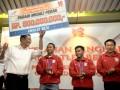 Menteri BUMN Dahlan Iskan (kedua kiri) menyerahkan penghargaan dari PT KAI kepada Lifter Indonesia Eko Yuli Irawan (kedua kanan), Triyatno (ketiga kiri) dan pelatih Lukman (kanan) di Jakarta, Selasa (7/8). PT KAI memberikan uang pembinaan kepada peraih medali perak Olimpiade 2012, Triyatno sebesar Rp500 juta dan peraih medali perunggu, Eko Yuli Irawan sebesar Rp250 juta serta pelatih Lukman Rp250 juta. FOTO ANTARA/Prasetyo Utomo/pd/12