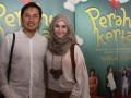 Sutradara film Perahu Kertas, Hanung Bramantyo (kanan) beserta istri Zaskia Meca (kanan) menghadiri penayangan perdana film tersebut di Epicentrum Kuningan, Jakarta, Rabu, (8/8). Film yang diangkat dari karya novel Dewi Lestari berjudul perahu kertas ini, menceritakan tentang kisah penulis dongeng dengan pemain utama Maudy Ayunda, Adipati Dolken, Reza Rahadian yang akan tayang pada (16/8) mendatang. (ANTARA/Agus Apriyanto)