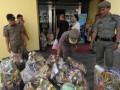 Sejumlah Satpol PP memeriksa parsel yang dijual di depan sebuah pusat perbelanjaan di Palu, Sulawesi Tengah, Rabu (8/8). Satpol PP dan BPOM terus mengontrol paket parsel untuk mencegah penjualan produk kadaluarsa sehingga aman dikonsumsi masyarakat. (ANTARA/Zainuddin MN)
