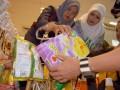 Petugas Balai Pemeriksa obat dan Makanan (BPOM) membongkar parsel untuk memeriksa makanan dan minuman di salah satu supermarket di Lhokseumawe, Aceh, Rabu (8/8). Razia tersebu menemukan berbagai jenis dan merek makanan kadaluarsa dan tidak memenuhi standar kesehatan konsumen yang dijual dalam bentuk Parsel lebaran. (ANTARA/Rahmad)