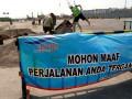 Sejumlah pekerja membenahi areal parkir Dermaga IV Pelabuhan  Penyebrangan Merak, Banten, Rabu (8/8). Puncak arus mudik yang tahun ini diprediksi meningkat 12 persen dari tahun lalu yang berjumlah 22.789 kendaraan, dengan jumlah penumpang 109.221 orang. (FOTO ANTARA/Asep Fathulrahman)