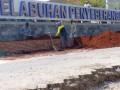 Sejumlah pekerja membenahi landscape gerbang utama Pelabuhan  Penyebrangan Merak, Banten, Rabu (8/8). Puncak arus mudik yang tahun ini diprediksi meningkat 12 persen dari tahun lalu yang berjumlah 22.789 kendaraan, dengan jumlah penumpang 109.221 orang. (FOTO ANTARA/Asep Fathulrahman)
