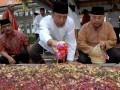 Ketua Umum Partai Hati Nurani Rakyat (Hanura) Wiranto (tengah)  menaburkan bunga diatas makam KH. Abdurrahman Wahid atau Gus Dur di Pondok Pesantren Tebuireng, Jombang, Jawa Timur, Rabu (8/8). Kunjungan Wiranto berserta rombongan Partai Hanura ke Ponpes Tebuireng tersebut dalam rangkah safari Ramadhan 1433 Hijriyah. (FOTO ANTARA/ Syaiful Arif)