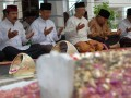 Ketua Umum Partai Hati Nurani Rakyat (Hanura) Wiranto (kedua kiri)  didampingi pengasuh Ponpes Tebuireng KH. Shalahudin Wahid (tengah) dan sejumlah fungsional Partai Hanura berdoa di komplek makam Tebuireng, Jombang, Jawa Timur, Rabu (8/8). Kunjungan Wiranto berserta rombongan Partai Hanura ke Ponpes Tebuireng tersebut dalam rangkah safari Ramadhan 1433 Hijriyah. (FOTO ANTARA/ Syaiful Arif)