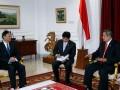 Presiden Susilo Bambang Yudhoyono (kanan) menerima kunjungan kehormatan Menteri Luar Negeri Republik Rakyat China Yang Jiechi (kiri) di Kantor Kepresidenan, Jakarta, Jumat (10/8). Pertemuan keduanya membahas peningkatan hubungan bilateral antara Indonesia dan China. (ANTARA/Widodo S. Jusuf)