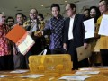 Sekjen Hanura, Dossy Iskandar Prasetyo (ketiga kiri), disaksikkan Ketua Komisi Pemilihan Umum (KPU), Husni Kamil Manik (tengah), politisi Hanura, Akbar Faisal (kedua kanan), dan sejumlah kader partai memeriksa berkas dan kelengkapan Partai Hanura saat mendaftarkan partai tersebut sebagai Partai Politik peserta Pemilihan Umum (Pemilu) 2014 di kantor KPU, Jakarta, Jumat (10/8). Masa pendaftaran Partai Politik peserta Pemilihan Umum (Pemilu) 2014 berlangsung hingga 7 September 2012. (FOTO ANTARA/Ismar Patrizki)