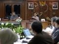 Presiden Susilo Bambang Yudhoyono (kiri) didampingi Wapres Boediono (kanan) memimpin rapat kabinet terbatas di Kantor Pusat BRI, Jakarta, Jumat (10/8). Rapat tersebut membahas soal perkembangan penyaluran kredit usaha rakyat (KUR). (FOTO ANTARA/Widodo S. Jusuf)