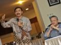 Menpora Andi Mallarangeng (kiri) bersama Anggota Forum Wartawan Olahraga antara lain Pemred Tabloid Bola Ian Situmorang (kanan) menjadi pembicara dalam diskusi menyikapi hasil Olimpiade London 2012, Jakarta, Jumat (10/8). Pembicara sepakat untuk memajukan serta memperbaiki prestasi olahraga Indonesia melalui pencarian bakat intensif, pembinaan usia dini, serta penataan kembali Komite Olahraga Nasional Indonesia (KONI) serta pengurus organisasi induk olahraga. (FOTO ANTARA/Yudhi Mahatma)