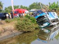 Bus Shantika terguling masuk ke tambak di jalur pantura Desa Purwahamba Indah, Kabupaten Tegal, Jateng, Sabtu (11/8). Bus Shantika jurusan Jakarta - Jepara yang mengangkut pemudik terguling saat menghindari truk dan sepeda motor, satu orang tewas dalam kejadian tersebut. (ANTARA/Oky Lukmansyah)