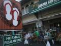 "Sejumlah pejalan kaki usai launching ""Malioboro Baru"" di Jalan Malioboro Yogyakarta, Minggu (12/8). Malioboro yang baru lebih tertata dengan adanya taman kota, tidak ada baliho dan reklame serta ramah untuk pejalan kaki. (ANTARA/Regina Safri)"