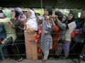 Sejumlah warga mengantre paket sembako yang dibagikan oleh Pengajian Majelis Taklim Jabar Noor di Jalan Ngalengko Medan, Sumut, Selasa (14/8). Sebanyak 7.000 paket sembako berupa beras, minyak goreng, mie instan dan uang Rp 30 ribu dibagikan kepada warga setempat dalam rangka menyambut Hari Raya Idul Fitri 1433 H. (ANTARA/Septianda Perdana)