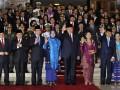 Presiden RI Susilo Bambang Yudhoyono (tengah) didampingi Ibu Ani Yudhoyono (keempat kanan), Wapres Boediono (ketiga kanan), Ibu Herawati Boediono (kedua kanan), serta jajaran pimpinan DPR RI dan DPD RI berfoto bersama usai pidato jelang peringatan kemerdekaan RI ke-67, di Kompleks Parlemen Senayan, Jakarta, Kamis (16/8). Presiden dalam pidatonya banyak menyoroti permasalahan korupsi, politik luar negeri, situasi ekonomi global, upaya penegakan hukum, serta sinergi antar lembaga negara. (FOTO ANTARA/Yudhi Mahatma)