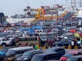 Ratusan pemudik pengguna mobil pibadi yang akan menyeberang ke Sumatera antri masuk kapal ferry di Pelabuhan Merak, Banten, Kamis (16/8). Data Posko Pelabuhan Merak menunjukkan pada H-3, jumlah pemudik meningkat 20 persen dibanding hari sebelumnya mencapai 49.323 orang pejalan, kendaraan roda dua dan roda empat sebanyak 10.315 unit. (FOTO ANTARA/Asep Fathulrahman)