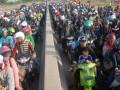 Sejumlah pengendara motor antre masuk gerbang Tol Jembatan Suramadu, sisi Tambakwedi, Surabaya, Jatim, Sabtu (18/8). Pada puncak arus mudik, ribuan pemudik yang menuju pulau Madura melewati jembatan Suramadu, harus antre di pintu pembayaran tol tersebut. (FOTO ANTARA/M Risyal Hidayat)