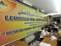 Petugas (kiri) melayani jamaah yang akan menuaikan zakat fitrah di Masjid Istiqlal, Jakarta, Sabtu (18/8) malam. Umat muslim mendatangi Lembaga Amil Zakat Infaq dan Sodaqoh untuk menunaikan zakat sebelum pelaksanaan Idul Fitri 1433 H yang jatuh pada hari Minggu (19/8). (FOTO ANTARA/Andika Wahyu)