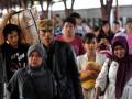 Sejumlah pemudik bergegas meninggalkan rangkaian gerbong KA Fajar Utama Semarang relasi Semarang Tawang-Jakarta Pasar Senen setibanya di Stasiun Pasar Senen, Jakarta, Selasa (21/8). Sebagian pemudik telah melakukan arus balik lebaran dengan kembali ke ibukota karena cuti bersama yang ditetapkan pemerintah hanya dua hari yakni 21-22 Agustus 2012. (ANTARA/Andika Wahyu)