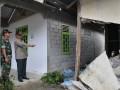 Ketua Badan Nasional Penanggulangan Bencana (BPNP), Syamsul Maarif (kiri) didampingi Dandim1306 Donggala, Letkol CZI Rudi Wahyudiono meninjau lokasi bekas gempa di Desa Boladangko, kecamatan Kulawi, Kab. Sigi, Sulawesi Tengah, Senin (20/8). Gempa yang terjadi Sabtu (18/8) pukul 17.30 Wita tersebut telah menyebabkan 4 warga tewas, 1 hilang dan puluhan lainnya luka-luka, 231 rumah rusak berat, dan 309 rumah rusak ringan. (ANTARA/Basri Marzuki)