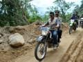 Ketua Badan Nasional Penanggulangan Bencana (BPNP), Syamsul Maarif depan dibonceng motor meninjau lokasi bekas gempa di Desa Salua, kecamatan Kulawi, Kab. Sigi, Sulawesi Tengah, Senin (20/8). Gempa yang terjadi Sabtu (18/8) pukul 17.30 Wita tersebut telah menyebabkan 4 warga tewas, 1 hilang dan puluhan lainnya luka-luka, 231 rumah rusak berat, dan 309 rumah rusak ringan. (ANTARA/Basri Marzuki)