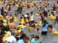 Ribuan warga memadati kawasan pantai ketika memanfaatkan libur Idul Fitri 1433 H di Taman Impian Jaya Ancol, Jakarta, Senin (20/8). Pihak Taman Impian Jaya Ancol menargetkan jumlah pengunjung 1,1 juta - 1,5 juta orang, atau dengan proyeksi 90 ribu - 110 ribu orang per harinya, dengan prediksi puncak pengunjung terjadi pada H+2 hingga H+4 libur Lebaran. (ANTARA/M Agung Rajasa)