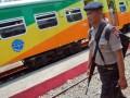 Personel Brimob bersenjata lengkap mengamankan stasiun Kereta Api (KA) di Pariaman, Sumbar, Senin (20/8). Sejumlah personil Brimob diterjunkan untuk melakukan pengamanan di sejumlah stasiun  kereta api di Kota Padang dan Pariaman serta ikut naik kereta dari Padang ke Pariaman untuk memberi rasa aman kepada penumpang saat perayaan Lebaran 1433 Hijriah. (FOTO ANTARA/Iggoy el Fitra)