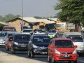 Sejumlah kendaraan pemudik memadati ruas jalur pantura di Slaur, Indramayu, Jawa Barat, Selasa (21/8). Sebagian pemudik mulai kembali ke Jakarta untuk menghindari kemacetan saat membludaknya arus balik. (FOTO ANTARA/Dedhez Anggara)