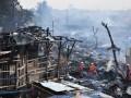 Sejumlah petugas pemadam kebakaran berusaha memadamkan sisa api yang membakar pemukiman di Jalan Gotong Royong, RT 02 RW 02 Kelurahan Pondok Bambu, Jakarta Timur, Selasa (21/8). Kebakaran yang melanda pemukiman padat penduduk tersebut menghanguskan sekitar 150 rumah dan penyebab kebakaran masih diselidiki pihak berwajib. (FOTO ANTARA/Dian Dwi Saputra)