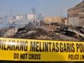 Sejumlah petugas pemadam kebakaran dibantu warga berusaha memadamkan sisa api yang membakar pemukiman di Jalan Gotong Royong, RT 02 RW 02 Kelurahan Pondok Bambu, Jakarta Timur, Selasa (21/8). Kebakaran yang melanda pemukiman padat penduduk tersebut menghanguskan sekitar 150 rumah dan penyebab kebakaran masih diselidiki pihak berwajib. (FOTO ANTARA/Dian Dwi Saputra)