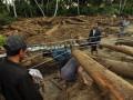 Warga melewati kabel listrik yang ambruk akibat diterjang banjir di Desa Boyangtongo Kabupaten Parigi Moutong, Sulawesi Tengah, Minggu (26/8). Selain merusak jaringan listrik ditempat tersebut, banjir yang menerjang beberapa desa di Kecamatan Parigi Selatan Kabupaten Parigi Moutong, Sulawesi Tengah yang terjadi pada, Sabtu malam (25/8) juga mengakibatkan dua warga tewas, satu orang hilang, belasan rumah hanyut, ratusan rumah terendam lumpur serta menyebabkan arus lalu lintas di poros trans Sulawesi yang menghubungkan Sulawesi Tengah dengan Sulawesi Selatan putus total.FOTO ANTARA/Mohamad Hamzah/pd/12.