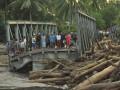 Warga memperhatikan jembatan yang ambruk akibat diterjang banjir di Desa Boyangtongo Kabupaten Parigi Moutong, Sulawesi Tengah, Minggu (26/8). Akibat ambruknya jembatan tersebut, arus lalu lintas di poros trans Sulawesi yang menghubungkan Sulawesi Tengah dengan Sulawesi Selatan putus total.(FOTO ANTARA/Mohamad Hamzah/12)