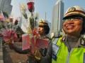 Sejumlah polwan menunjukan bunga yang akan dibagikan ke pengendara di Bundaran HI, Jakarta, Kamis (30/8). Pembagian bunga tersebut dalam rangka menyambut HUT ke 64 Polwan yang jatuh pada tanggal 1  September 2012. (FOTO ANTARA/Zabur Karuru)