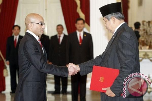 Bambang yudhoyono (kanan) menerima surat kepercayaan dari duta besar