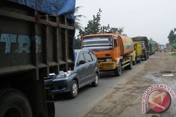 Lalu lintas truk di Jalinsum  padat