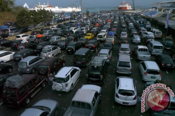 Ribuan kendaraan padati Dermaga Merak