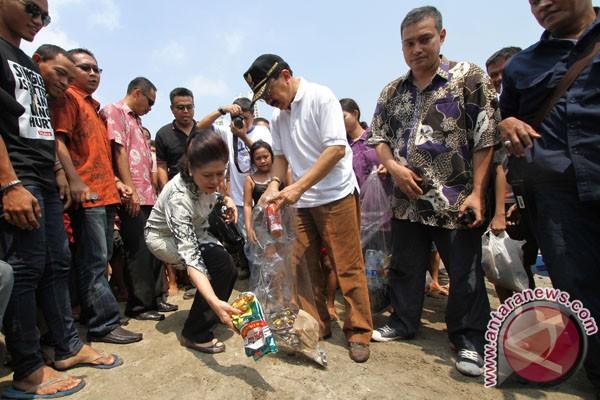 Ancol ajak pengunjung bersihkan sampah di pantai