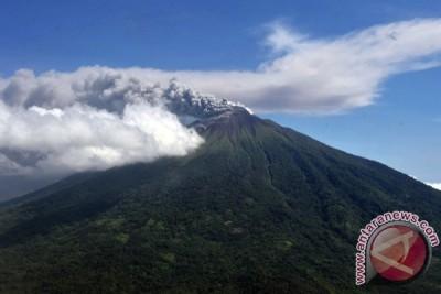 Gunung Gamalama di Ternate meletus