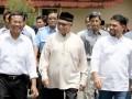 Menteri Badan Usaha Milik Negara (BMUN) Dahlan Iskan (kiri), Gubernur Aceh Zaini Abdullah (tengah) berbincang sambil berjalan menuju tempat istirahat Arun, di Kota Lhokseumawe, Provinsi Aceh. Sabtu (1/9). Menteri BUMN dan pemerintah Aceh sepakat menghidupkan kembali dua proyek vital yang tutup yakni, PT Kertas Kraf Aceh dan PT. Asean Aceh Fertilizer untuk pertumbuhan ekonomi Aceh. (FOTO ANTARA/Rahmad)