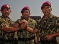 KSAL Laksamana TNI Soeparno (tengah) berjabat tangan dengan Letjen TNI (Mar) M. Alfan Baharudin (kiri) dan Dankormar yang baru Brigjen TNI (Mar) A. Faridz Washinton (kanan) seusai serah terima jabatan Dankormar di Bhumi Marinir Cilandak, Jaksel, Rabu (12/9). Faridz menggantikan Alfan yang selanjutnya menempati posnya yang  baru sebagai Kepala Basarnas. (FOTO ANTARA/Saptono)