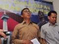 Ketua Panitia pengawas pemilu (Panwaslu) DKI Jakarta, Ramdansyah (kiri) memberikan keterangan terkait iklan Asosiasi Pedagang Pasar Seluruh Indonesia (APPSI) yang menampilkan pasangan calon gubernur-wakil gubernur DKI Jakarta, Jokowi- Basuki Tjahaja Purnama, di Kantor Panwaslu DKI Jakarta, Rabu (12/9). Panwaslu DKI Jakarta sesuai dengan Pasal 116 ayat 1 Tahun UU No. 32 Tahun 2004 tentang kampanye diluar jadwal, memutuskan telah terjadi pelanggaran pada iklan APPSI yang memuat unsur kampanye diluar jadwal karena memuat tim kampanye, visi dan misi, kemudian mengajak orang untuk memilih, (FOTO ANTARA/Wahyu Putro A)