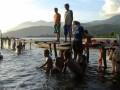 Sejumlah warga mandi dan mencuci di kawasan Danau Sentani, di Kampung Yoka, Waena, Jayapura, Papua, Kamis (13/9). Diperkirakan sekitar 109 juta penduduk Indonesia belum tersentuh sanitasi yang layak. Program pemerintah Indonesia untuk penuntasan pemenuhan dasar sanitasi dan air bersih ditargetkan sampai 2015 bagi 230 juta penduduk Indonesia. (FOTO ANTARA/Anang Budiono)