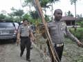Sejumlah aparat Kepolisian bersiaga dan menyita alat perang tradisional di Kwamki Lama, Timika, Papua, Sabtu (15/9). Aparat Kepolisian Mimika kembali bersiaga dan melakukan razia alat perang tradisional ketika dua kelompok warga di Kwamki Lama, Timika hendak saling serang. (FOTO ANTARA/Spedy Paereng)