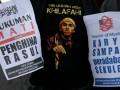 Massa yang tergabung dalam aktivis pembebasan rakyat Sulselbar berunjuk rasa di Tol Reformasi Makassar, Sulsel, Selasa (18/9). Mereka mengutuk penyebarluasan film Innocence of Muslim yang dinilai menghina Nabi Muhammad SAW, dan menuntut sutradara pembuatan film tersebut Nakoula Basseley Nakoula atau Sam Bacile untuk dihukum mati. (FOTO ANTARA/Sahrul Manda Tikupadang)