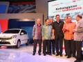 Presiden Direktur PT Toyota Astra Motor (TAM) Johnny Darmawan (2 kiri) bersama Executive Vice President Toyota Motor Corporation Yukitoshi Funo (3 kiri) berbincang bersama Menteri Perindustrian MS Hidayat (2 kanan), Menteri Perdagangan Gita Wirjawan, (4 kiri), Dirut Astra International, Prijono Sugiarto (3 kanan) dan Presiden Direktur Daihatsu Motor Corporation Koichi Ina dan Presiden Direktur Astra Daihatsu Motor, Sudirman (kiri) pada pengumuman kolaborasi Astra Toyota Agya dan Astra Daihatsu Ayla di Jakarta, Rabu (19/9). Kolaborasi ini merupakan tonggak penting dalam sejarah industri otomotif di Indonesia dengan rancangan mengikuti program pemerintah LCGC (Low Cost Green Car), dan juga dibuat oleh putra bangsa. (FOTO ANTARA/Ferdi)